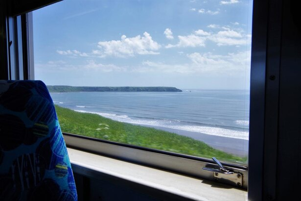 原野と海が車窓に広がります(別当賀~落石間)