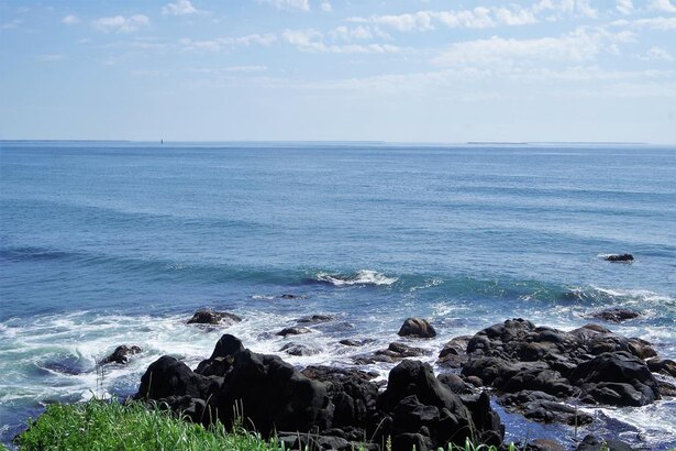 岬から東方向を眺めた様子。歯舞群島の島々がいくつも見えます。左寄りの水面から小さく上に伸びているところが、本土から一番近い歯舞群島の貝殻島にある灯台です