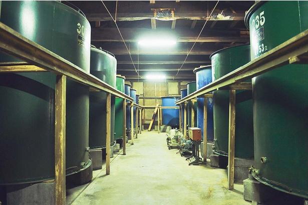 創業当時に建てられた酒蔵。重厚な梁が残されている