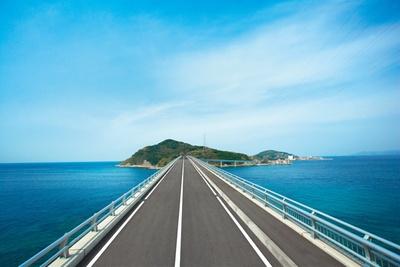【写真を見る】全長876m!伊王島へ向かう美しい一本道「伊王島大橋」