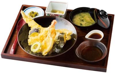 伊王島 網元食堂 / 「天丼」(1900円)。新鮮なアナゴを1本丸ごと使う豪快な料理。ほかにもエビや野菜3種が入る