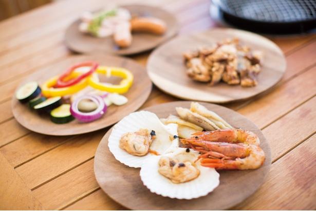 i+Land Nagasaki / 肉、魚介、野菜など、いろいろな食材が食べ放題。ご飯やスープなども付く。アルコールを含めたフリードリンク(+2160円)にも対応