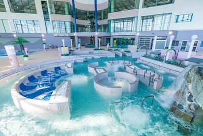 天山多久温泉TAQUA / 流れるプールやすべり台などを完備する