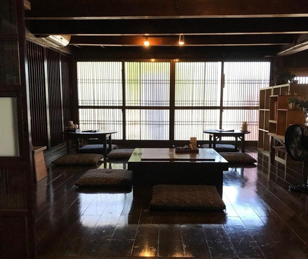 街道カフェ やまぼうし / 重厚な造りの店内。囲炉裏を囲む小上がり席、テーブル席がメインで、カウンター席もある