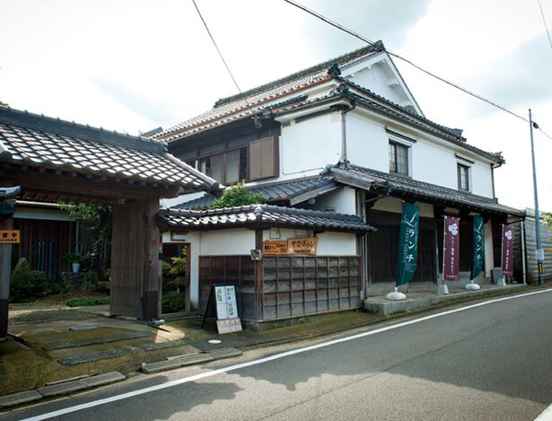 街道カフェ やまぼうし / 旧日田街道沿いに建つ、元は造り酒屋だった建物を利用するカフェ。店前のノボリが目印だ