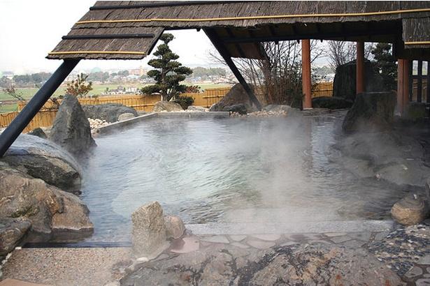 カルナパーク花立山温泉 / 和風大浴場の露天風呂からは筑紫平野を望む。開放感と広さがウリ