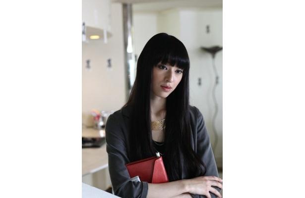 栗山は映画で美人編集者・赤坂英子を演じる