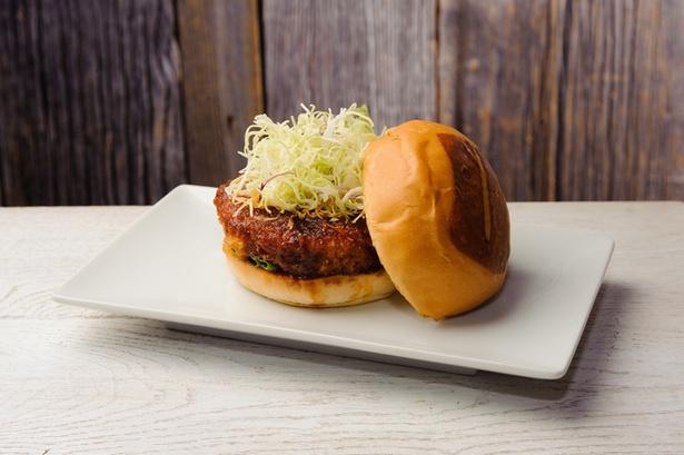 日本限定メニューの「U-KATSU(ウマミカツバーガー)」(1,380円)は、揚げたビーフパティとキャベツを入れオリジナルソースとミソマスタードなどで味付け