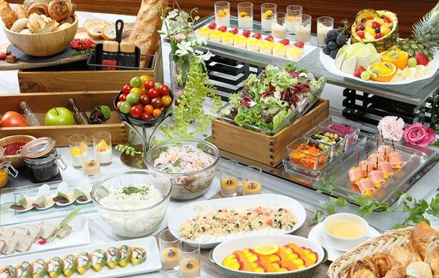 「サラードデリカブッフェ」。愛知県周辺の野菜を取り入れたパワーサラダなど、シェフこだわりのヘルシーメニューが並ぶ