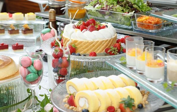「スイーツ&デリカブッフェ」。人気のショートケーキをはじめ、季節の果物を使ったスイーツや、サラダ、ピザ、パスタなどの軽食もそろう充実のティータイムブッフェ