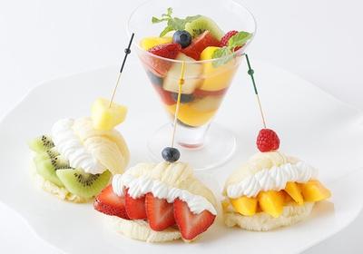 「SIRO=ワッサンのフルーツサンド」(2200円)。サクッと焼き上げた白い生地のクロワッサンにクリームと季節のフルーツがはさまれている