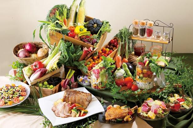 「ランチブッフェ」(3200円ほか)。東海3県でとれる野菜や魚、肉が並ぶ見た目も美しいブッフェ