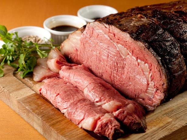 低温でじっくり焼かれたローストビーフは噛めば噛むほど旨味があふれる