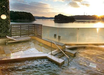玄海海上温泉 パレア / 夕日に照らされた海と風車のシルエットが美しい
