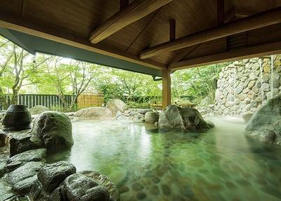 湯泉郷 温泉館 湯招花 / 緑豊かで、露天の岩風呂とヒノキ風呂は男女日替
