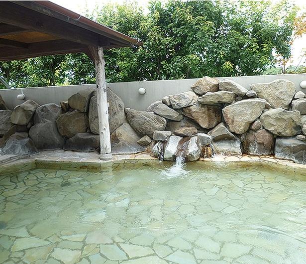 合志市総合健康センター ユーパレス弁天 / 開放的な露天風呂では、歩行浴も楽しめる