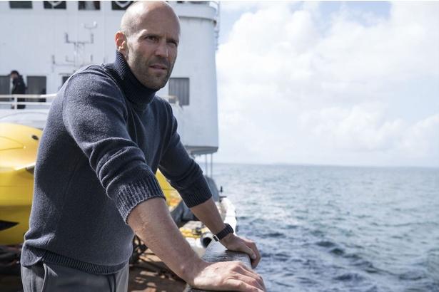 ワイルドな魅力たっぷり!ジェイソン・ステイサムがサメとの対決に挑む