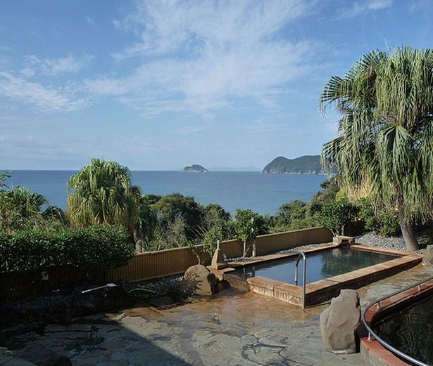 くしき野白浜温泉 みすまるの湯 / 湯舟から空と海を望む、開放感抜群の露天風呂