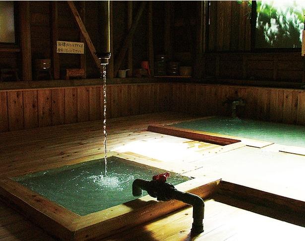 霧島湯之谷山荘 / 天井から下がる独特のうたせ湯も楽しめるラムネ泉