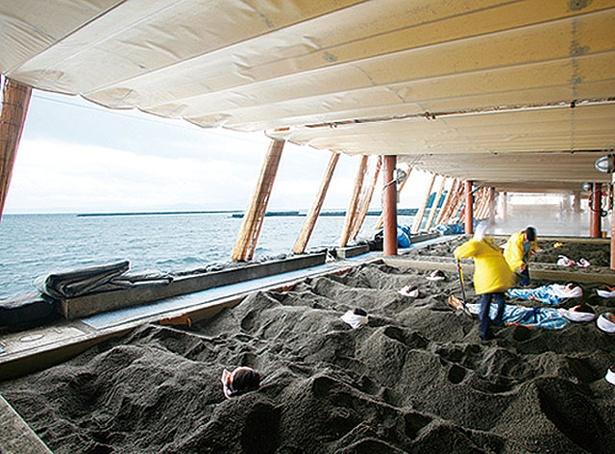 砂むし会館 砂楽 / 屋根付きの砂むし場。干潮時は波打ち際で砂浴が可能