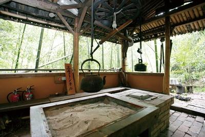 竹林駅のそばの東屋には囲炉裏で呈茶サービスがある