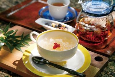シソなど6種類から選べる薬膳茶(奥750円)、白きくらげのデザート(500円)が好評