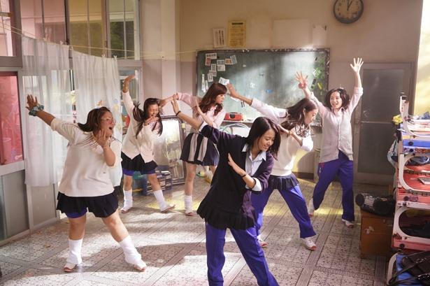 コギャル、J-POPなど日本特有の文化が、オリジナリティを生み出している(『SUNNY 強い気持ち・強い愛』)