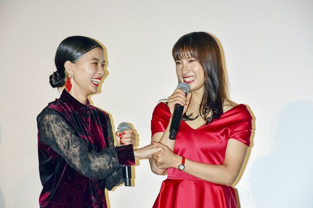 仲良し過ぎる! 土屋太鳳(右)と芳根京子