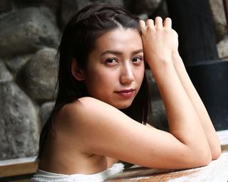 """""""九州の太陽""""佐藤あいりと、筋湯温泉で混浴撮り!"""