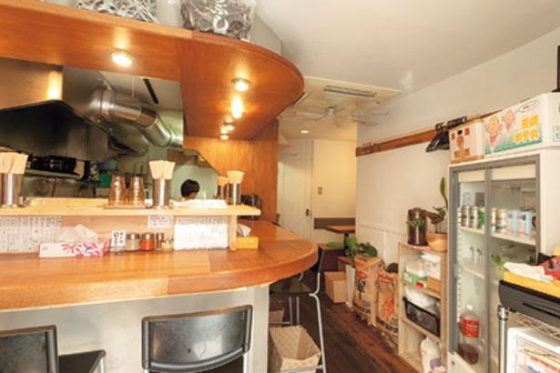 店内はカウンターのほか4人用テーブルも。麺もココで打つそう/吉み乃製麺所