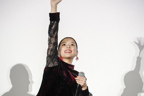 元気いっぱいに手を振る芳根京子