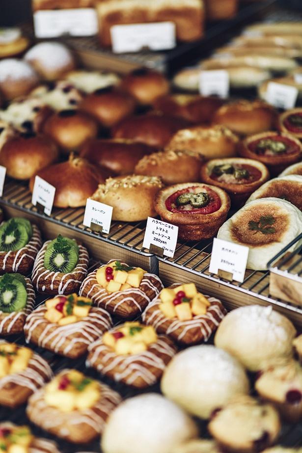 【画像を見る】全国からお客さんが訪れる人気ベーカリーカフェのパンたち