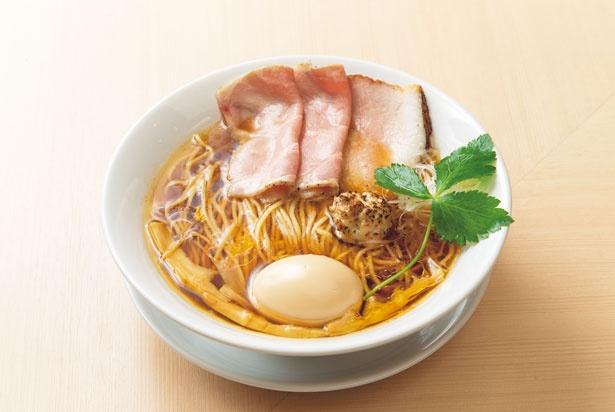 スープに京地鶏の丸鶏をたっぷり使用した「味玉中華そば」(950円)/麦と麺介