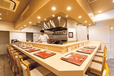 カウンターのみの店内は、白が基調で、まるで高級寿司店のような雰囲気。2階で希少な国産小麦を使った自家製麺を打つ/麦の麺介