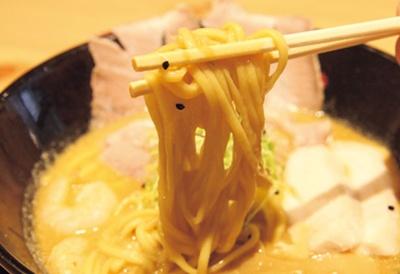 濃厚スープをしっかりまとった喉越し抜群の中太麺。自家製麺とエビの相性を楽しめる/世界が麺と味噌で満ちる時