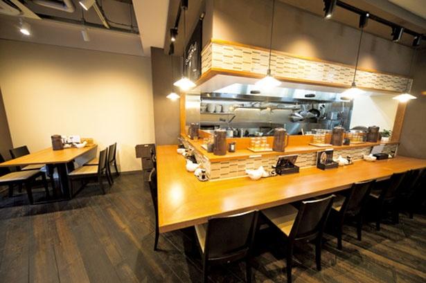 周辺に大学があるため、学生の来店が多い。店内にはカウンター席とテーブル席があるほか、ウェイティング用スペースも用意されている/らぁ麺 すぐる