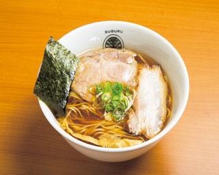 背ガラやゲンコツなどをじっくりと炊いたスープを使用した「醤油 らぁ麺」(800円)/らぁ麺 すぐる