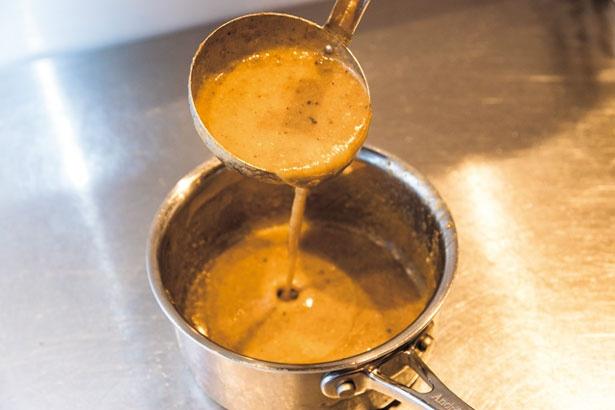【写真を見る】ゲンコツ、背骨、豚足、背脂で作るスープ/時屋 L'Espoir