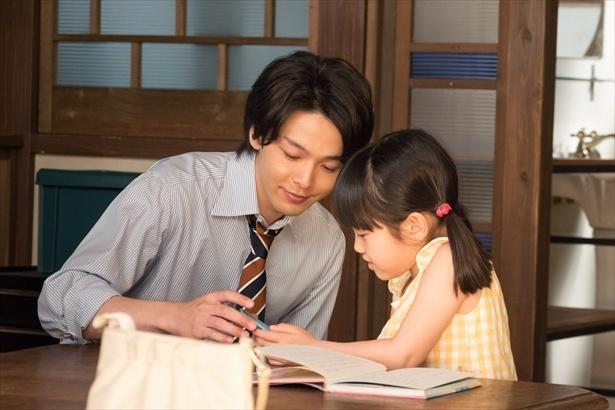 【写真を見る】ワイシャツの袖をまくり花野(山崎莉里那)とたわむれる正人(中村倫也)。かわいいが過ぎる!