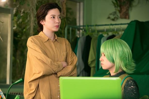 鈴愛は恵子(小西真奈美)のオフィスの一角を借りて商品開発を続けていたが…