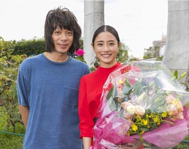 7月期ドラマ「高嶺の花」の撮影を無事終え、笑顔の主演・石原さとみと峯田和伸