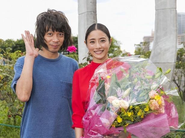 バラの花壇の前で取材に応じた石原さとみと峯田和伸。峯田はこの後、バラのとげが背中に刺さるハプニングが…(笑)