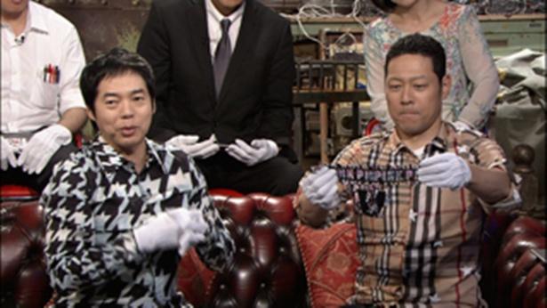 芸人の美人妻たちの下着を手にする今田耕司と東野幸治(#3「家庭内下着泥棒グランプリ」)