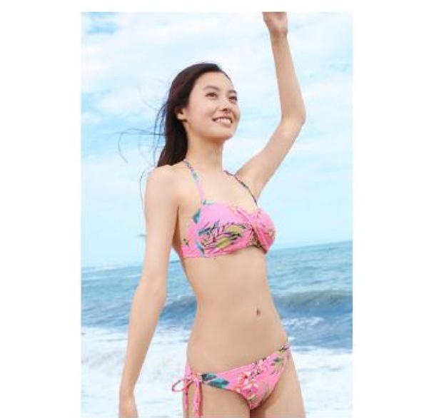 【写真を見る】ま、まぶしい! 海をバックにビキニ姿で完璧なプロポーションを披露する田辺桃子