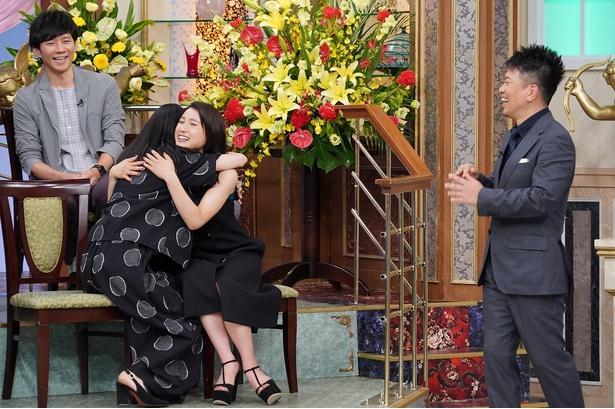 【写真を見る】ドッキリと知り、思わず土屋太鳳に抱きつく芳根京子がかわい過ぎる!!