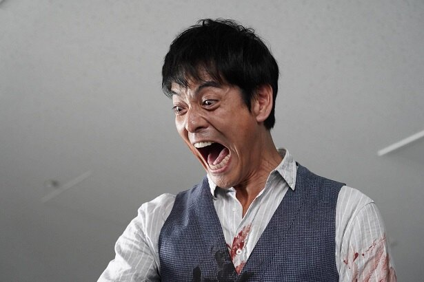 【写真を見る】怖過ぎる! 血まみれの井沢(沢村一樹)が狂気の表情に…