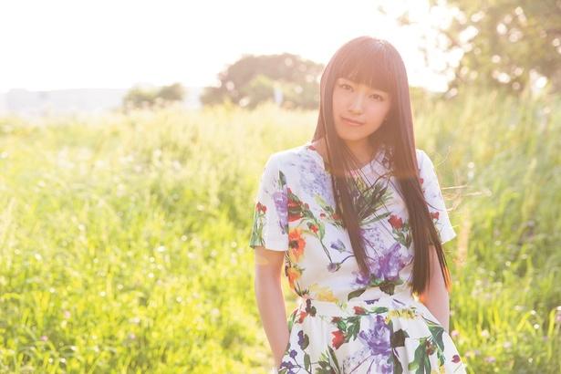 【写真を見る】美しい花柄の衣装を着て佇むmiwa