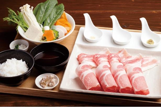 夢見る豚食堂 / 「夢見る豚しゃぶ定食」(1280円)。柔らかな肉質が特徴。3種の薬味をダシに溶かして食べよう