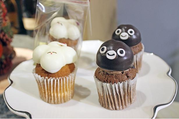 フェアリーケーキフェアの「1カップケーキ サンタふくらむちゃん」(写真左、600円、限定100個)と「Suicaのペンギン チョコラズベリー」(写真右、460円、1日限定25個)