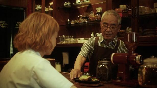 MVでは喫茶店マスターと孫娘の役で演技に挑戦する